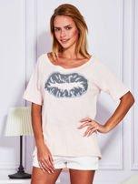 Jasnoróżowy t-shirt z nadrukiem ust                                  zdj.                                  1