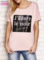 Jasnoróżowy t-shirt z napisem J'ADORE LE NOIR                                  zdj.                                  1