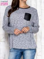 Jasnoszara melanżowa bluzka ze skórzaną kieszonką                                  zdj.                                  1