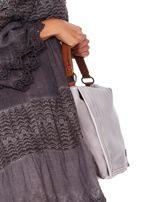 Jasnoszara torba z eko skóry z ażurową klapką na magnes                                  zdj.                                  4