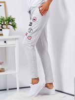 Jasnoszare spodnie dresowe z naszywkami                                  zdj.                                  3