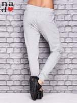 Jasnoszare spodnie dresowe z troczkami                                  zdj.                                  2