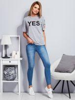 Jasnoszary t-shirt z napisem i kółeczkami na rękawach                                  zdj.                                  4