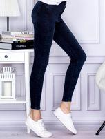 Jeansowe granatowe spodnie z wysokim stanem                                  zdj.                                  5