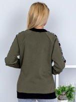 Khaki bluza z tekstową taśmą na rękawach                                  zdj.                                  2