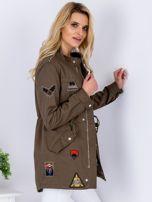 Khaki kurtka z naszywkami i aplikacją                                  zdj.                                  3