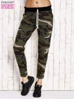 Khaki ocieplane spodnie dresowe z militarnym motywem                                  zdj.                                  1