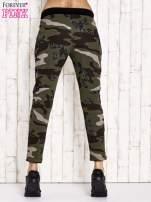 Khaki ocieplane spodnie dresowe z militarnym motywem                                  zdj.                                  3