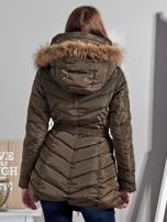 Khaki pikowany płaszcz damski z futrzanym kołnierzem                                  zdj.                                  2