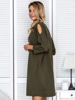 Khaki sukienka damska oversize z perełkami i okrągłą naszywką                                  zdj.                                  5