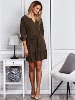 Khaki sukienka z falbaną i wiązaniem                                  zdj.                                  4