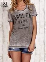 Khaki t-shirt z napisem HARLEM efekt acid wash