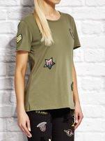 Khaki t-shirt z naszywkami                                  zdj.                                  3