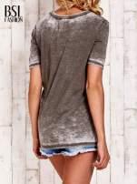 Khaki t-shirt z numerkiem efekt acid wash                                  zdj.                                  4