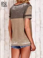 Khaki t-shirt z rozcięciem przy dekolcie efekt acid wash                                  zdj.                                  4