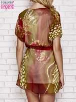 Kolorowa sukienka mgiełka z paskiem i aplikacją                                  zdj.                                  2