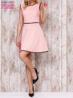 Koralowa sukienka skater z satynową lamówką                                  zdj.                                  5
