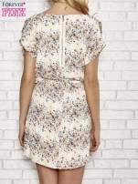 Koralowa sukienka w łączkę z paskiem w talii                                  zdj.                                  4