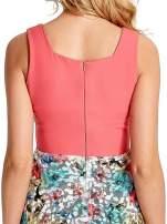 Koralowa sukienka z kwiatowym dołem
