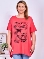 Koralowy t-shirt damski w motyle PLUS SIZE                                  zdj.                                  1