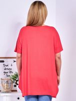 Koralowy t-shirt damski w motyle PLUS SIZE                                  zdj.                                  2