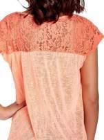 Koralowy t-shirt z koronkowymi rękawami i gwiazdkami                                  zdj.                                  6