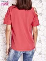 Koralowy t-shirt z naszywką motyla i pomponikami                                  zdj.                                  2