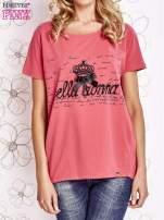 Koralowy t-shirt z ozdobnym napisem i kokardą