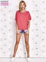 Koralowy t-shirt z różowymi pomponikami przy dekolcie                                  zdj.                                  2
