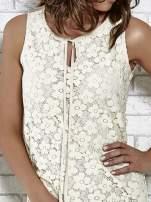 Kremowa koronkowa sukienka z wiązaniem przy dekolcie                                  zdj.                                  6