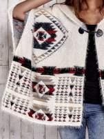 Kremowa narzutka poncho w azteckie wzory                                  zdj.                                  7