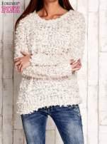 Kremowy włochaty sweter