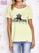 Limonkowy t-shirt z ozdobnym napisem i kokardą