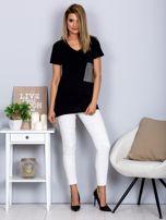 Luźny t-shirt V-neck z kieszenią z cyrkonii czarny                                  zdj.                                  4