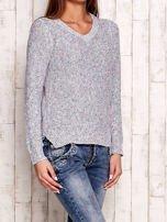 Melanżowy sweter z kolorową nicią                                  zdj.                                  3