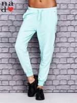 Miętowe spodnie dresowe z zasuwaną kieszonką                                  zdj.                                  1