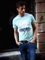 Miętowy t-shirt męski z białym logiem i napisem