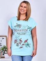 Miętowy t-shirt z napisem i motywem roślinnym PLUS SIZE                                  zdj.                                  1