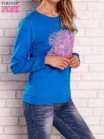 Niebieska bluza z kolorowym nadrukiem                                  zdj.                                  3