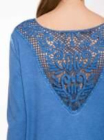 Niebieska bluza z koronkową wstawką na plecach                                  zdj.                                  7
