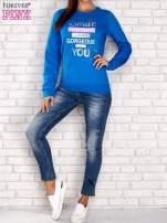 Niebieska bluza z napisem SMILE HAPPINESS LOOKS GORGEOUS ON YOU                                  zdj.                                  2