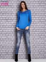 Niebieska bluzka z koronkową wstawką                                  zdj.                                  4