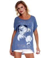 Niebieska bluzka z motywem kwiatowym i napisem                                  zdj.                                  1