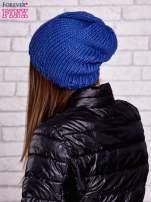 Niebieska czapka o warkoczowym splocie