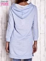 Niebieska dresowa sukienka bluza z naszywkami