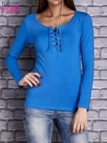 Niebieska gładka bluzka ze sznurowanym dekoltem i troczkami                                   zdj.                                  1