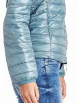 Niebieska lekka kurtka puchowa z kontrastowym zamkiem                                  zdj.                                  5