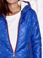 Niebieska pikowana kurtka z futrzanym ociepleniem                                   zdj.                                  8