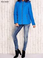 Niebieska pikowana kurtka z kapturem w stylu husky