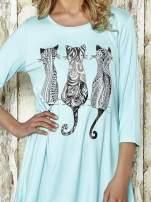 Niebieska sukienka damska z nadrukiem kotów                                  zdj.                                  4